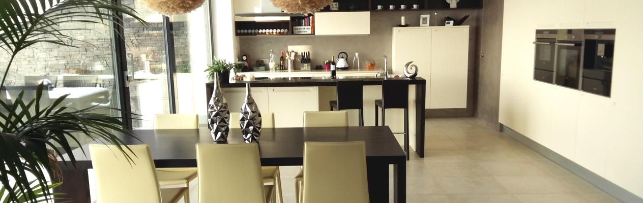 Stůl židle a barové židle rodinný dům Hýskov
